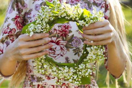 73ba58c96e Wianek komunijny z żywych kwiatów - zrób to sam