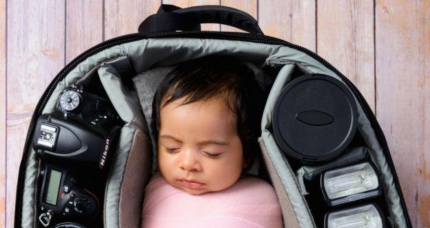Zdjęcia noworodków śpiących w torbie - Makeen Osman