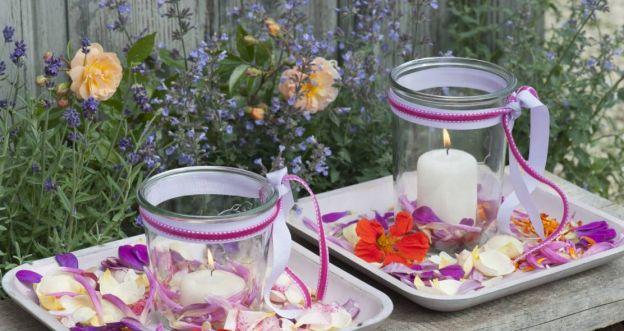 Lampiony ze słoików z kwiatową dekoracją