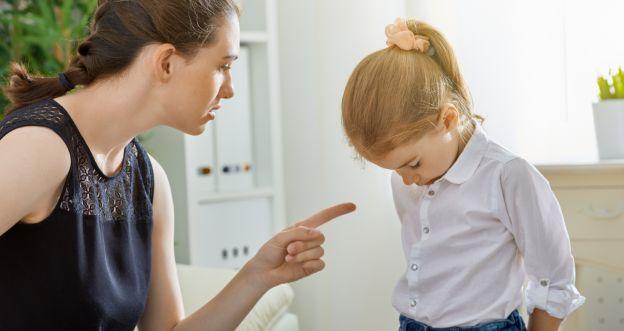 Mama krzyczy na dziecko