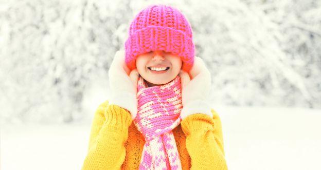 włosy pod czapką zimą