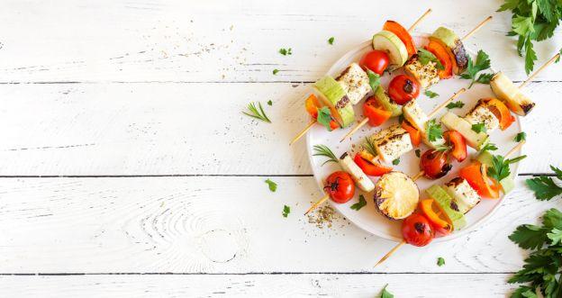 Proste przepisy dla wegetarian - Wegetariańskie szaszłyki z miodowo - musztardowym tofu