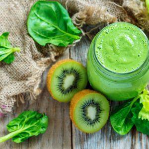 Zielony koktajl z kiwi, selera i szpinaku