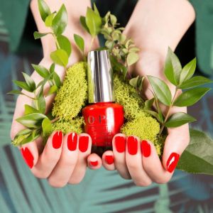 Krwistoczerwony jesienny manicure