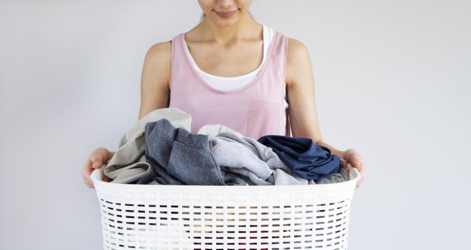 kobieta trzyma pranie