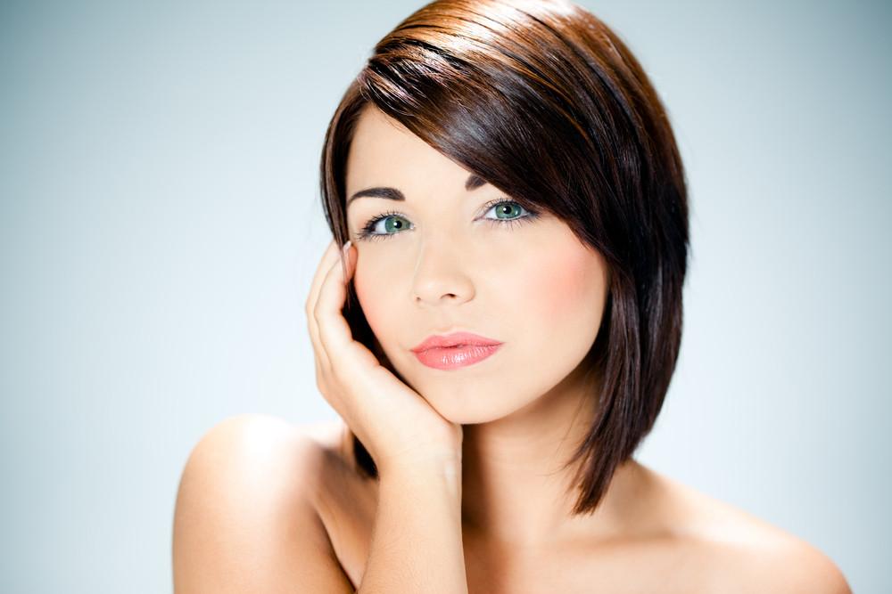 Kobiece cięcie z grzywka na bok - Krótkie fryzury, które wyszczuplą twarz