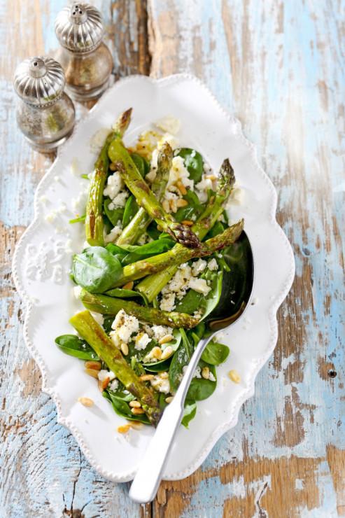 Sałatka ze szparagami - Szpinak - 4 przepisy na lekkie wiosenne dania