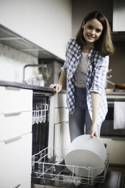 Pozbądź się resztek jedzenia - 5 sposobów na czystą i pachnącą zmywarkę